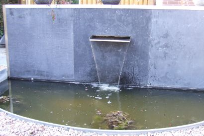 Vijver aan laten leggen Apeldoorn hoveniersbedrijf BK Tuinen waterelement waterloop