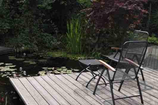 Vijver aan laten leggen Apeldoorn hoveniersbedrijf BK Tuinen zitje aan water