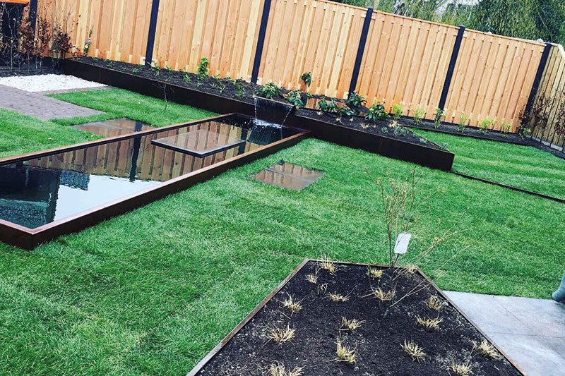 strakke-vijver-in-strakke-tuin-apeldoorn-aan-laten-leggen