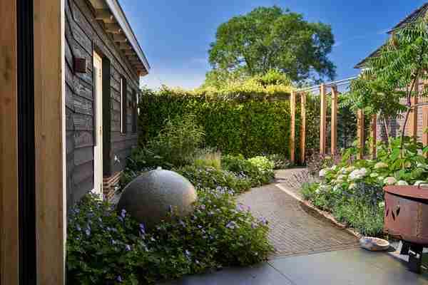 een bebloeide tuin