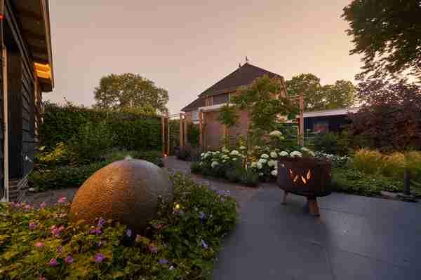 een verlichte tuin in de avond