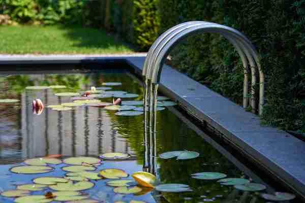 modern waterelement in de vijver