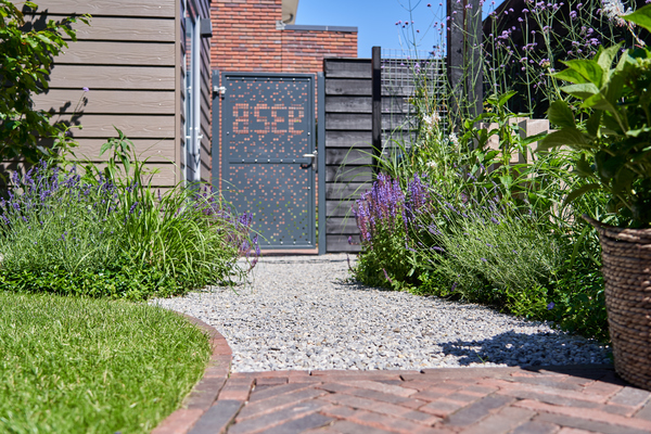 een moderne tuin met tuindeur