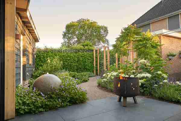 een mooi georganiseerde tuin met verlichting